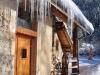 Stalactites de glace devant le Gîte La Couve
