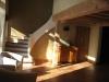 Escalier sur voute sarrasine et séjour du Gîte la Couve