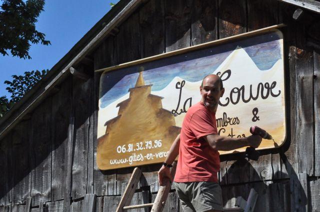 La pose de la pancarte du Gîte La Couve